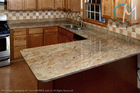 kitchen cabinets with backsplash this u shaped countertop uses golden rock granite and 8563