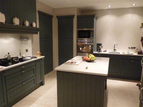 cuisine beige et gris cuisine cottage rainurée gris anthracite avec technostone