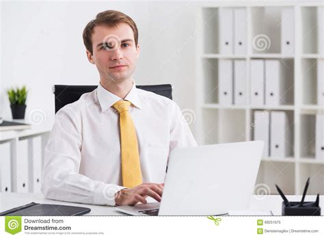 bureau homme d affaire homme d 39 affaires dans le bureau image stock image 69251675