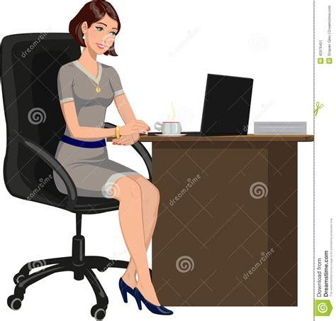 bureau de dessin femme de bureau derrière un bureau avec un ordinateur