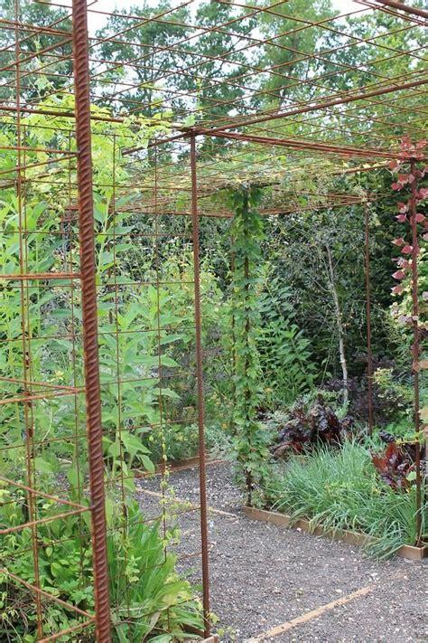 treillis pour plante grimpante s am 233 nager un espace pour plantes grimpantes avec du fer 224 b 233 ton et treillis soud 233 plantes