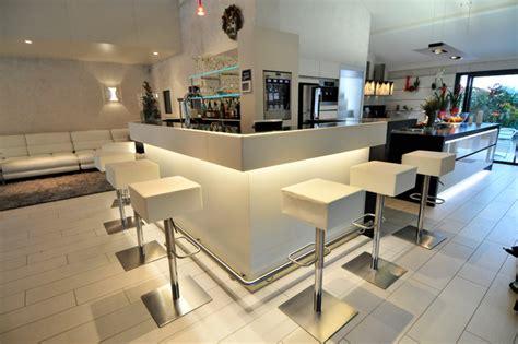 comptoir de bar professionnel pour s 233 parer l espace cuisine du salon contemporain cuisine