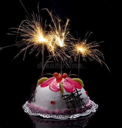 Torte Mit Brennenden Kerzen Stockfoto  Bild Von Nahrung