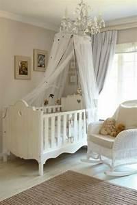 Lit Bébé Bois Et Blanc : le ciel de lit b b prot ge le b b en d corant sa chambre ~ Teatrodelosmanantiales.com Idées de Décoration