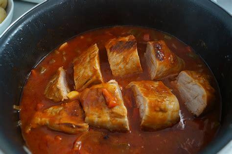 vocabulaire des ustensiles de cuisine filet mignon aux poivrons et tomates dans la cuisine de