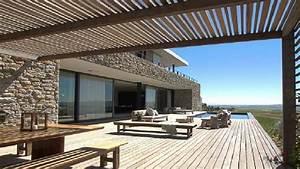 10 belles terrasses en bois pour se detendre deco cool for Quelle couleur avec le bleu 10 piscine de couleur noire en pierre volcanique carrelage et