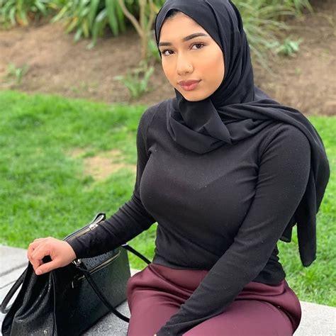 gambar mungkin berisi satu   lebih  luar ruangan gaya hijab wanita berlekuk