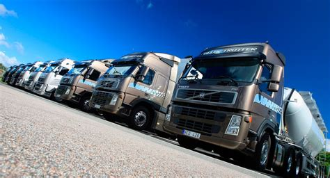 geely buys  billion stake  volvo trucks carscoops