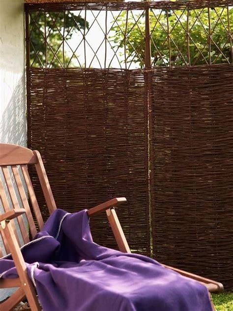 holzfliesen für terrasse sichtschutz ideen aus stein geflecht holz und stoff sichtschutz aus weidengeflecht garten
