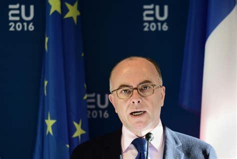 ministre de l interieur francais tensions gendarmerie cazeneuve du poing sur la table le point
