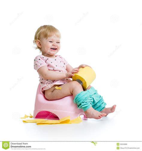 bebe et le pot b 233 b 233 de sourire s asseyant sur le pot de chambre photos libres de droits image 30534868