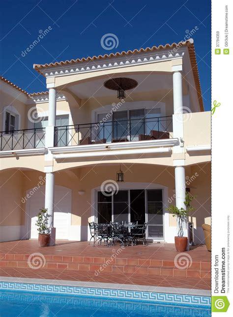 cuisine desing arrière cour moderne avec le balcon la terrasse et la