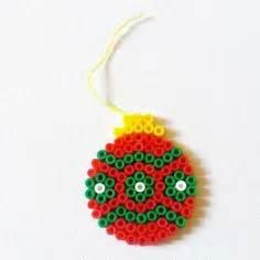 Boule De Noel Verte : boule de no l rouge verte et blanche d coration sapin de no l perle hama pinterest rouge ~ Teatrodelosmanantiales.com Idées de Décoration