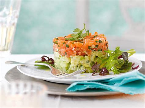 lachstatar auf kartoffel gurken salat fuer sie
