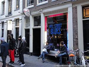 Red light district De Wallen according to the crowd