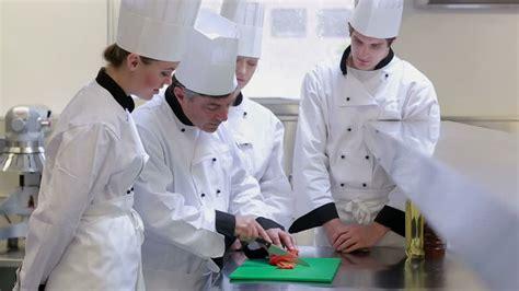 recherche apprenti cuisine apprenti expliquer faire la cuisine hd stock