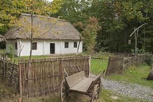 Vecchia Casa Di Legno Nel Legno Vicino Alla Casa  Vecchio