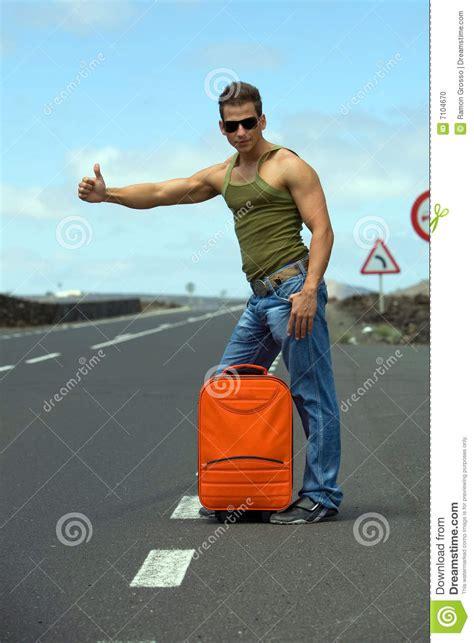 öl verlust stop homme faisant de l auto stop photo stock image du montagnes voyage 7104670