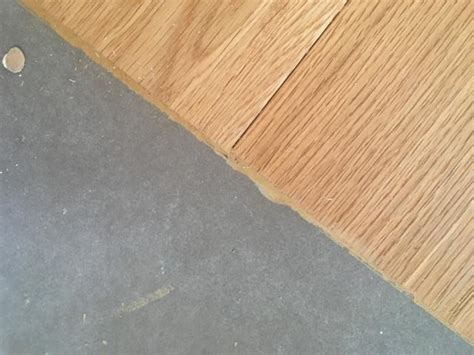 piastrelle e parquet raccordo tra pavimenti un profilo tra piastrelle e