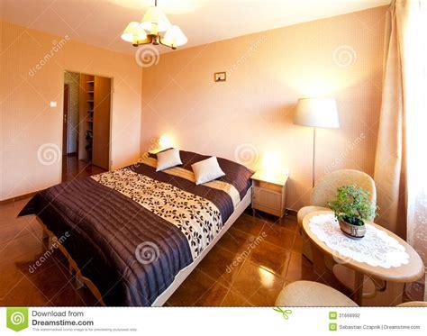 chambre photographie chambre à coucher avec le couvre lit violet photographie