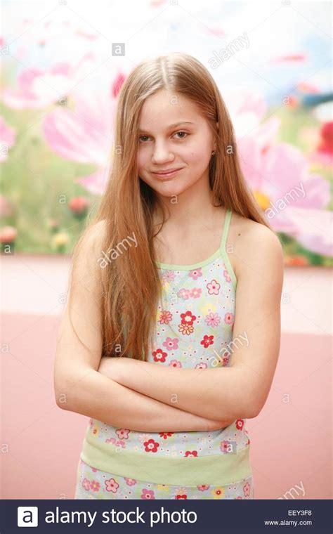 teenager maedchen blond lachen laecheln halbportrait