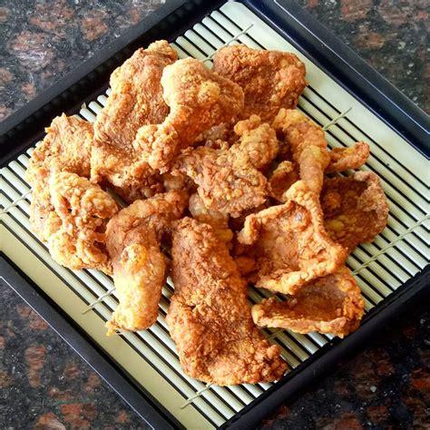 Biar tidak perlu jajan di luar rumah, buat sendiri kulit ayam crispy dengan tiga langkah mudah. KULIT AYAM CRISPY - Resep Masakan nusantara