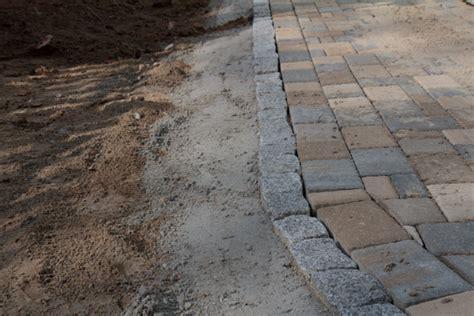 randsteine aus granit in beton eingefasst auffahrt und