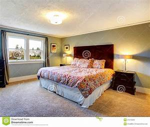 Teppich Schlafzimmer : hellblaues versorgtes schlafzimmer mit teppichboden ~ Pilothousefishingboats.com Haus und Dekorationen