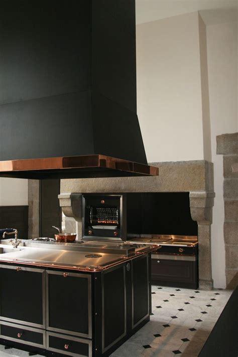 hotte de cuisine noir une cuisine de malouinière dans le style la cornue