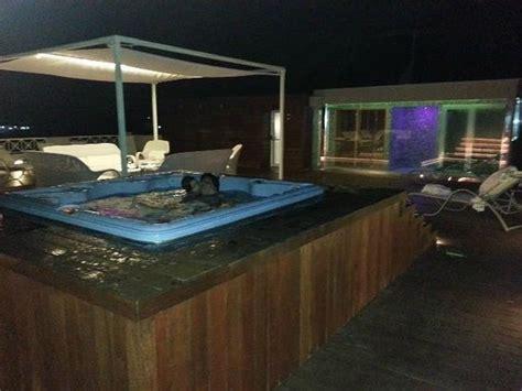 hotel il gabbiano napoli bagno in vasca idromassaggio con vista sul golfo di napoli