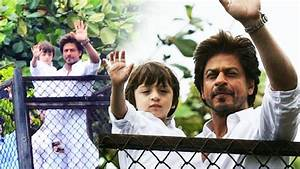 Shahrukh Khan With Son AbRam Waves To FANS At Mannat - Eid ...