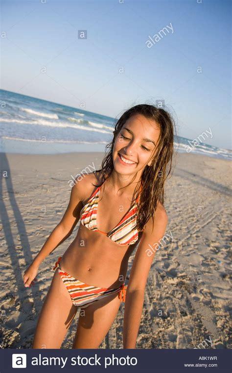 teenager maedchen mit bikini  strand zu fuss stockfoto