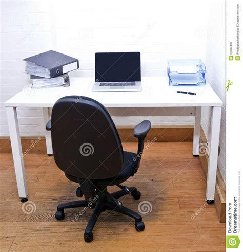 bureau laptop lege bureaustoel met laptop op bureau stock foto