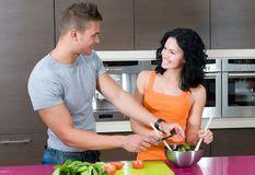 couples amour cuisine couples dans leur cuisine avec de la salade photo stock