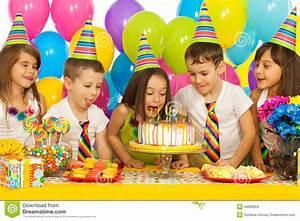 Kuchen Für Kleinkinder : gruppe frohe kleinkinder mit kuchen am geburtstag stockbild bild von firma congrats 48868859 ~ Watch28wear.com Haus und Dekorationen
