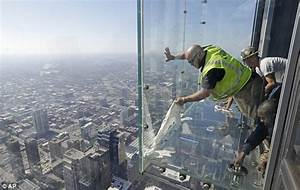 Willis tower39s glass floor cracks under tourists39 feet for How many floors in the cn tower