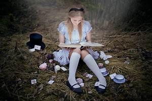 N E V N A R I E N - Bildanalys: Alice i Underlandet