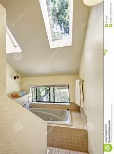 Decke Mit Foto : badezimmer mit hoher gew lbter decke und oberlicht stockfoto bild 44715883 ~ Sanjose-hotels-ca.com Haus und Dekorationen