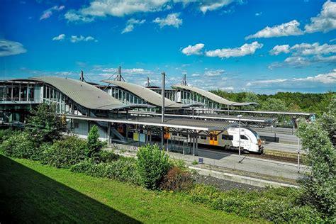 Innerhalb von zwei minuten kann der weg zum terminal zu fuß bewältigt werden. Bahnhof Flughafen Düsseldorf Foto & Bild | handy, bahnhof ...