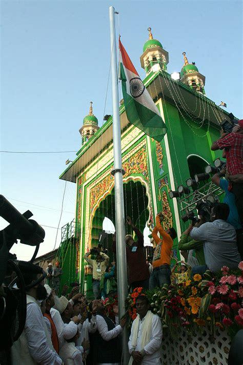 history  motion tricolour unfurled  mumbai dargah