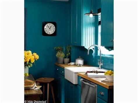 mur cuisine bleu dans cette cuisine le bleu pétrole des murs s