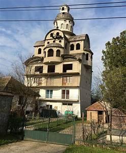 une maison insolite en serbie With maison en l avec tour 6 les maisons les plus bizarres du monde