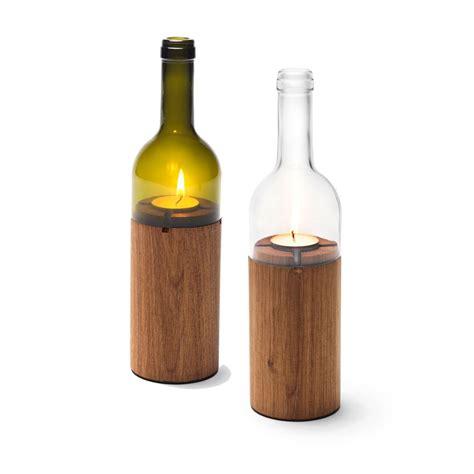 bücherregal aus holz weinlicht windlicht in form einer weinflasche aus glas