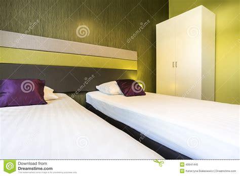 chambre deux lits chambre d 39 hôtel verte avec deux lits photo stock image