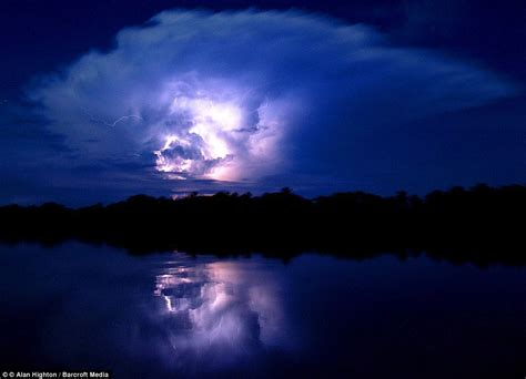 venezuelan lake  hit  lightning thousands  times