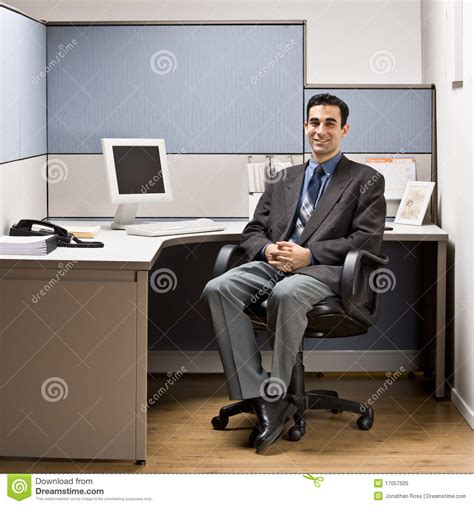bureau homme d affaire homme d 39 affaires s 39 asseyant au bureau dans le compartiment
