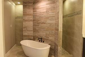 Master bathroom with accent wall behind tub - Craftsman