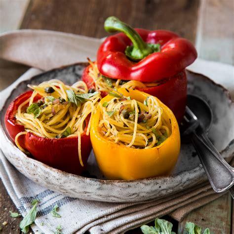 gefuellte paprika mit einem nest aus spaghetti
