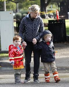 Amy Poehler drops off her boys Abel and Archie at school ...