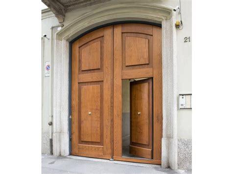 portone d ingresso in legno portone d ingresso in metallo rivestiti in legno portoni d